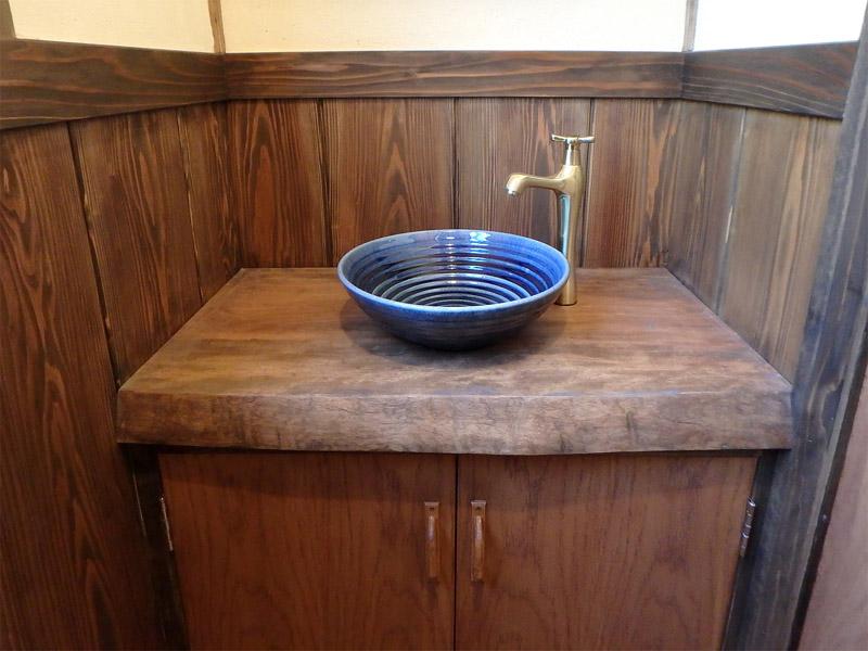 無垢板のカウンターのトイレ手洗い