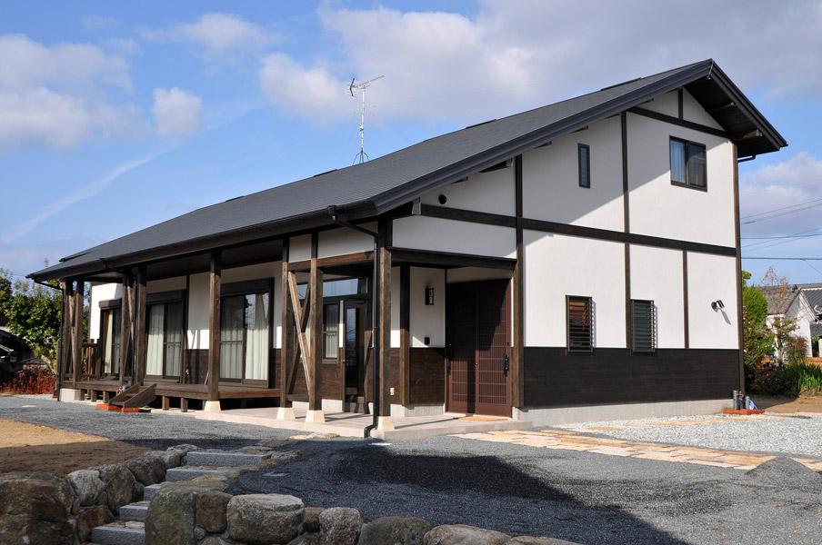 カフェスタイルの土間と広いウッドデッキのある大屋根の家