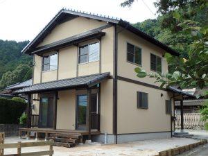 緑豊かな里山で暮らす、和モダンスタイルの家