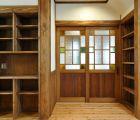 LDK 本棚や電話台も兼ねた多目的の収納棚を設けました 塗装はすべて自然塗料です