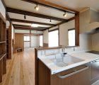 キッチン 照明はシンプルにレールにスポットで対応しています