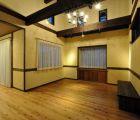 居間 床は杉浮造り仕上げ
