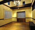 居間 壁は漆喰仕上げ