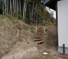 子供たちの遊び場となる、裏山の遊歩道