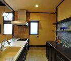 キッチンはYAMAHA製 壁は西洋漆喰