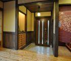 のれんが良く似合う和テイストあふれる玄関ホール