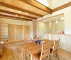 ウォールナットの色の家具から室内の色味を決めました