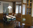 飾り棚、ベンチの出窓は作り付けにして建物の調和をはかりました