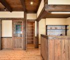 LDK キッチン背面にウォークインのパントリーを設けました